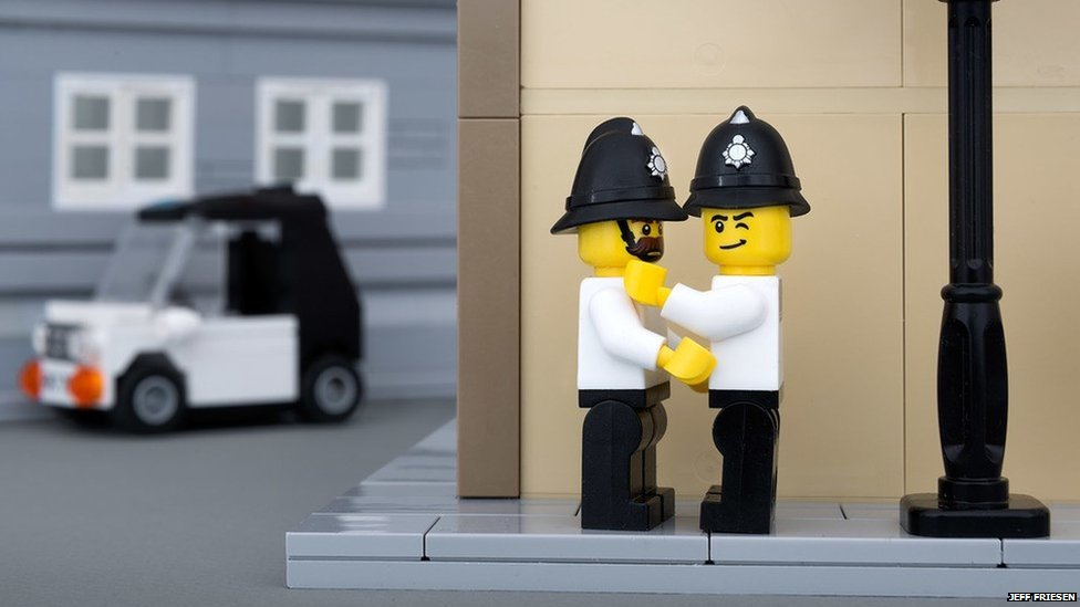 Lego Banksy 04