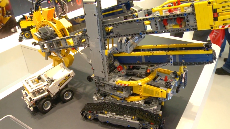 Huge Lego Tehcnic excavator heads up 2016 line-up